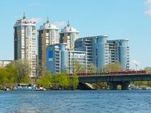 Maisons de luxe sur le côté de fleuve Images stock