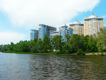 Maisons de luxe sur le côté de fleuve Dnieper images stock