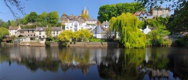 Maisons de luxe sur le côté de fleuve, Knaresborough, Angleterre Photographie stock libre de droits