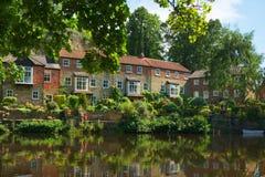 Maisons de luxe sur le côté de fleuve, Knaresborough, Angleterre Photos libres de droits