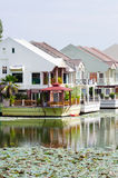 Maisons de luxe sur un lac Image stock
