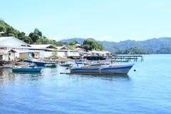 Maisons de pêcheurs et bateaux ancrés sur la mer Photos libres de droits