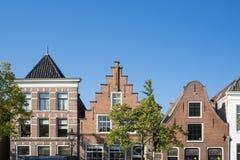 Maisons de pignon à Alkmaar, Pays-Bas Contre le ciel bleu image stock