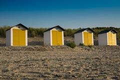 Maisons de plage jaunes blanches dans les dunes du mauvais de Cadzand, Pays-Bas photos stock