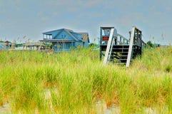 Maisons de plage le long de l'océan image stock
