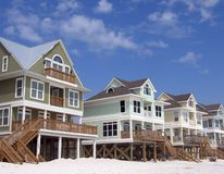 Maisons de plage sur le fond de ciel bleu Photos stock