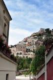 Maisons de Positano au-dessus de rue Photos libres de droits