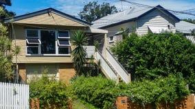 Maisons de Queenlander avec la végétation et les un bon nombre tropicaux de lignes électriques dans la banlieue d'Australie de Br image stock