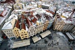 Maisons de rangée avec les toits rouges traditionnels dans la vieille place de Prague dans la République Tchèque image libre de droits