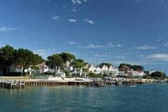 Maisons de rangée de millionnaires sur des bancs de sable près de Poole Photos stock