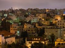 Maisons de rapport dans la ville d'Amman dans la nuit Image libre de droits