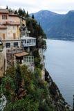 Maisons de stupéfaction sur une pente rocheuse sur le policier de lac en Italie images stock