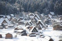 Maisons de toit couvert de chaume couvertes dans la neige Images libres de droits