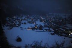 Maisons de toit couvert de chaume couvertes dans la neige en hiver Photographie stock