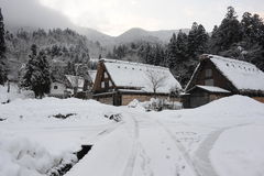 Maisons de toit couvert de chaume couvertes dans la neige en hiver Photos stock