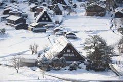 Maisons de toit couvert de chaume couvertes dans la neige en hiver Photographie stock libre de droits