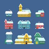 Maisons de toit de neige La tempête de neige neigeuse urbaine de ville de saison froide avec des flocons de neige dirigent les il illustration de vecteur
