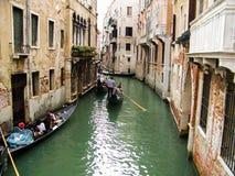 Maisons de vacances d'été de bateau de gondole de canaux de l'eau de Venise image libre de droits