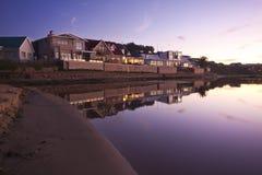 Maisons de vacances près d'une lagune au coucher du soleil Photo stock