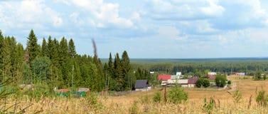 Maisons de village dans la forêt mélangée Photos libres de droits