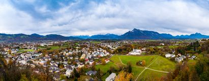 Maisons de vue aérienne dans des Alpes de montagne de fond de ville de Salzbourg images libres de droits