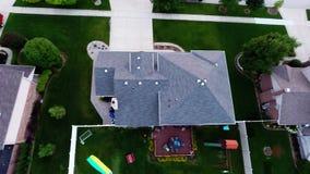 Maisons de vue aérienne dans le voisinage suburbain résidentiel avec le paysage et les dessus de toit d'arrière-cour illustration stock
