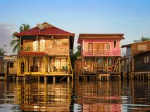 Maisons des Caraïbes au-dessus de l'eau images libres de droits
