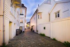 Maisons en bois à Bergen la nuit, Norvège Photos stock
