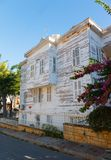 Maisons en bois blanches traditionnelles dans le turc Images stock