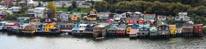 Maisons en bois d'échasse de Chiloe du côté de lac, Chili photographie stock