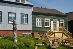 Maisons en bois dans la ville islandaise Borgarnes Photographie stock libre de droits