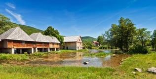 Maisons en bois de moulin au-dessus du lac photographie stock libre de droits