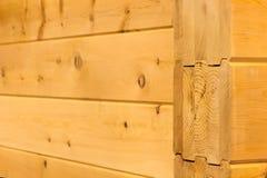 Maisons en bois de mur des faisceaux collés Photo stock