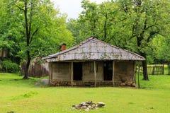Maisons en bois de vieux village en montagnes de la Géorgie de nature images libres de droits