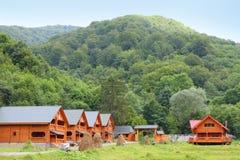 Maisons en bois dedans dans les Carpathiens Photo libre de droits