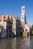 Maisons en bois et Befry à Bruges images libres de droits