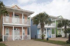 Maisons en bois gentilles avec le balcon Photos libres de droits