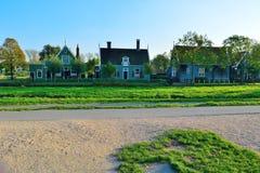 Maisons en bois néerlandaises et herbe verte Image stock