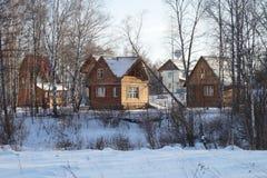 Maisons en bois, parmi la forêt de bouleau Photos stock