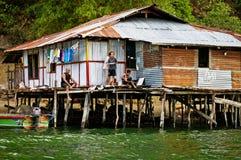 Maisons en bois sur le lac Sentani, sur la Nouvelle-Guinée Image stock
