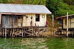 Maisons en bois sur le lac Sentani, sur la Nouvelle-Guinée Photo libre de droits