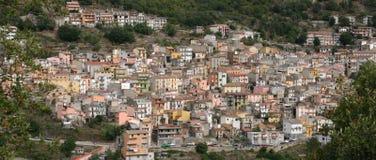 Maisons en pastel sur le flanc de coteau Photos libres de droits