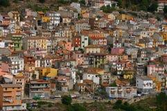 Maisons en pastel sur le flanc de coteau Image libre de droits