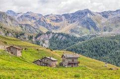 Maisons en pierre dans une pelouse en ` Aosta, Italie de Val D photo stock