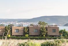 Maisons en terrasse de nouveau bâtiment architectural moderne avec les toits plats à un arrière-plan de rangée, de mer et de mont images stock