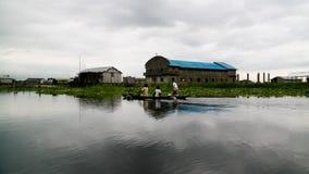 Maisons et église d'échasse dans le village des personnes de Ganvie Tofinu sur le lac Nokoue, Bénin photographie stock libre de droits
