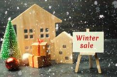 Maisons et arbre de Noël en bois avec la vente d'hiver d'inscription Vente de Noël de Real Estate Remises de nouvelle année pour  image libre de droits
