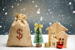 Maisons et arbre de Noël en bois et un sac d'argent Vente de Noël de Real Estate Remises de nouvelle année pour la maison de acha photo stock
