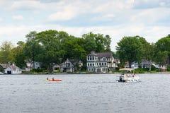 Maisons et bateaux de bord de mer Photo stock