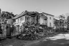 Maisons et blocaille détruites du tremblement de terre qui a frappé la ville d'Amatrice dans la région du Latium de l'Italie Le t Image stock